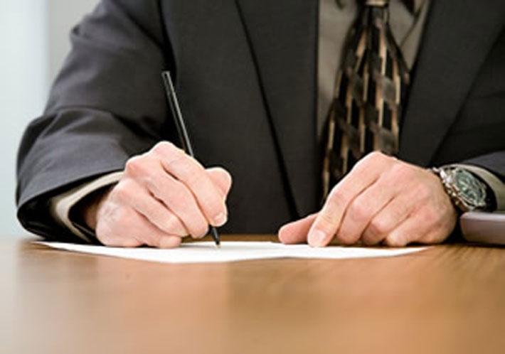 pessoa-escrevendo-carta-de-demissao
