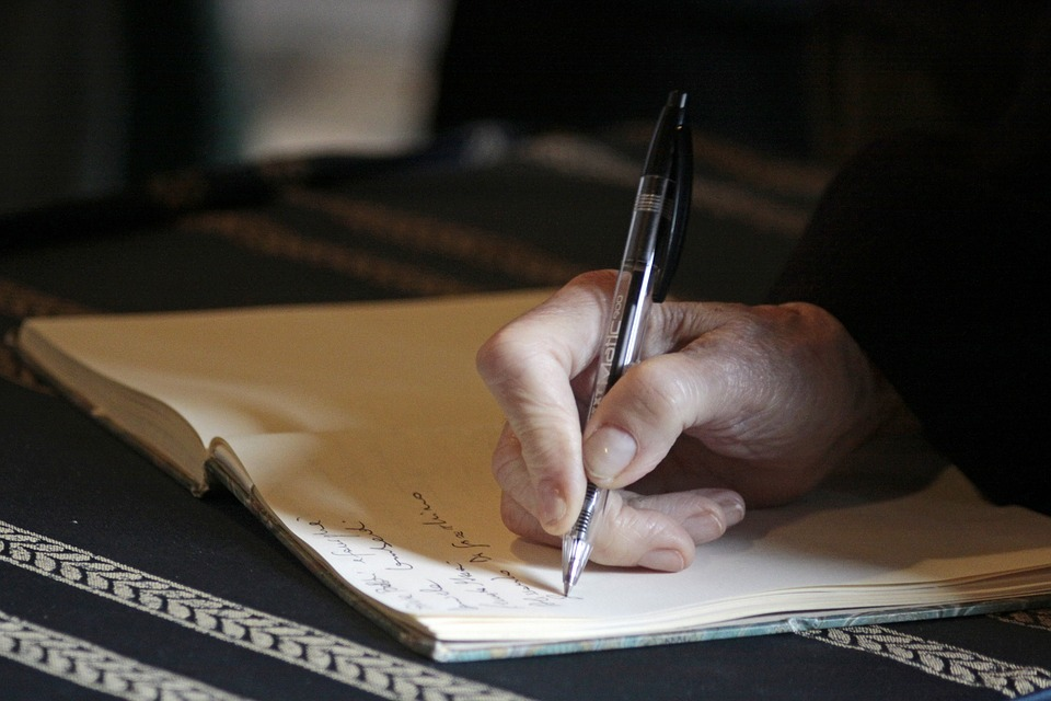 pessoa-escrevendo-testamento