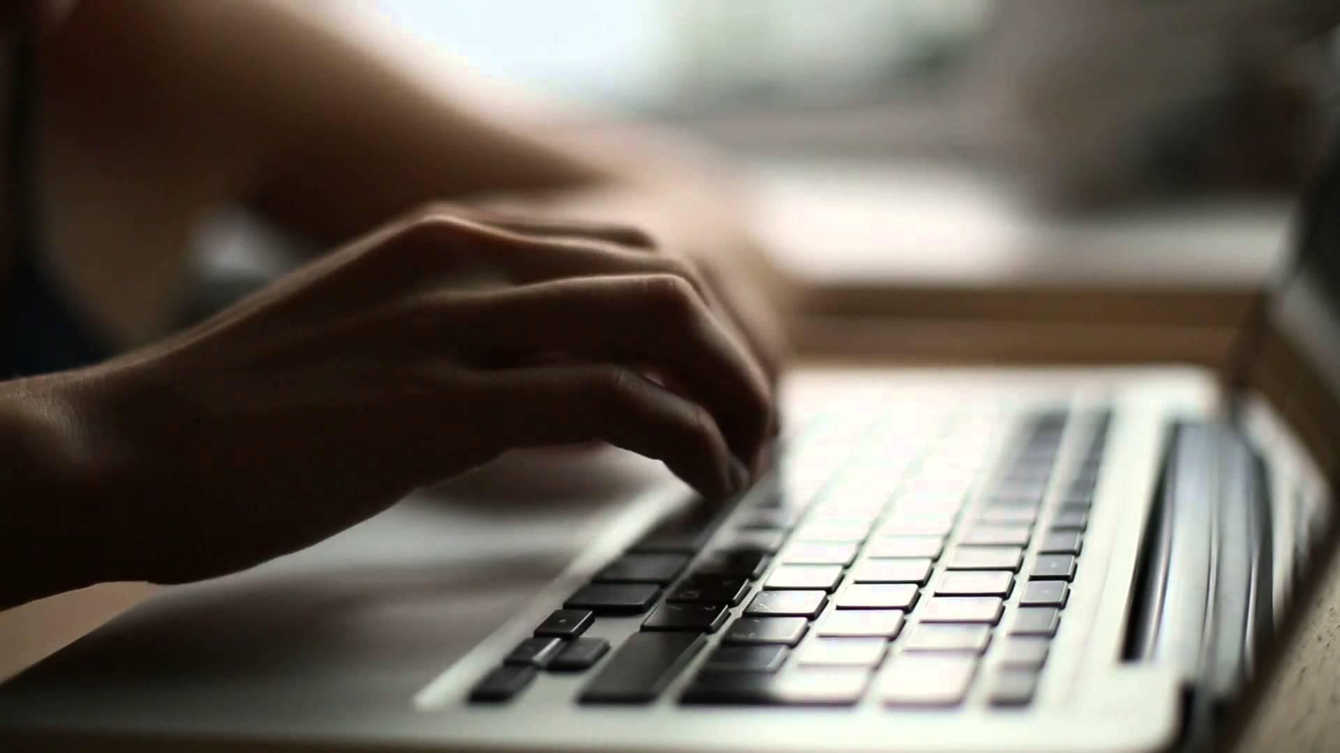 mao-digitando-no-teclado-do-computador